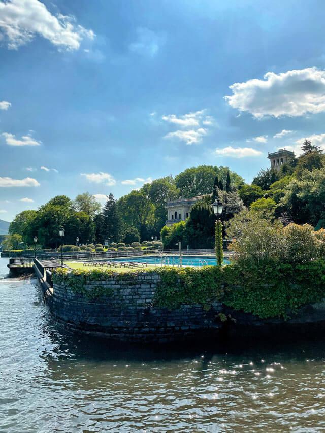 Dal lungolago di Cernobbio puoi osservare Villa Erba
