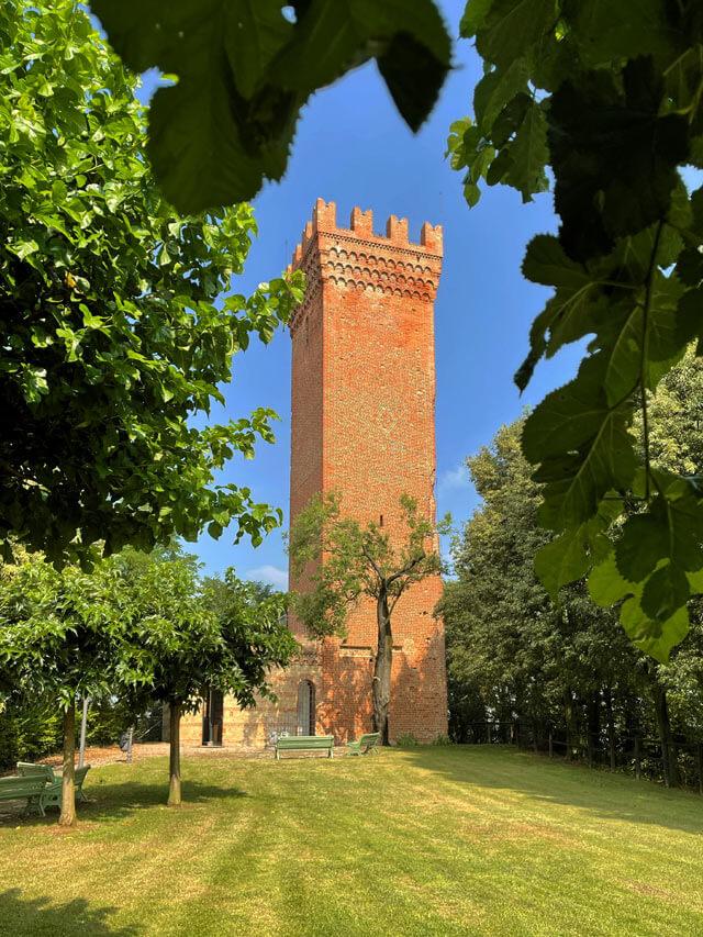 La Torre dei Segnali domina il paese di Viarigi nel Monferrato