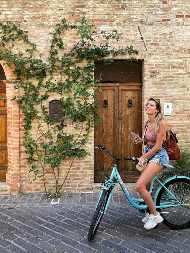 Roberta Vinci in bicicletta a visitare Rimini