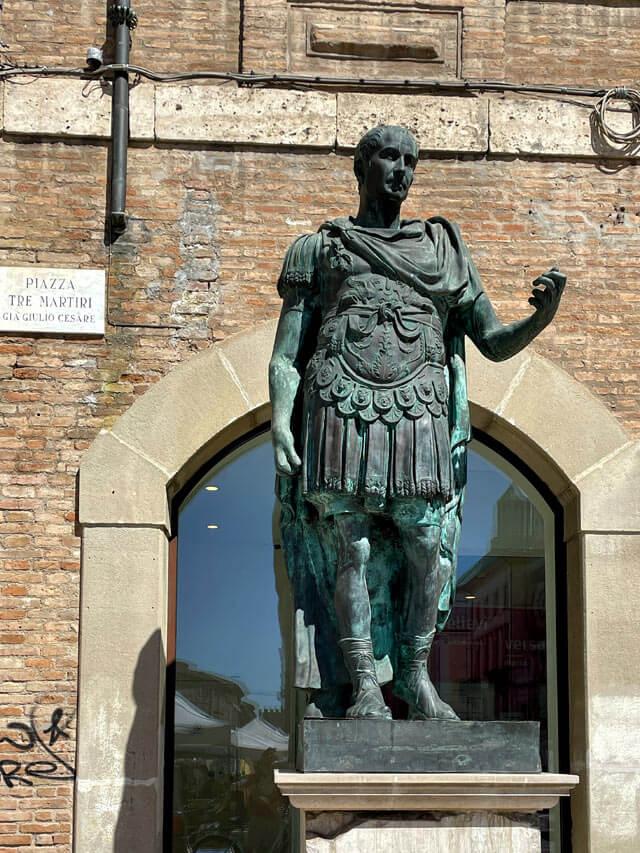 La statua di Giulio Cesare è in Piazza Tre Martiri a Rimini