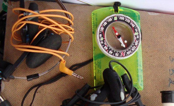Kompassi ja kuulokkeet.