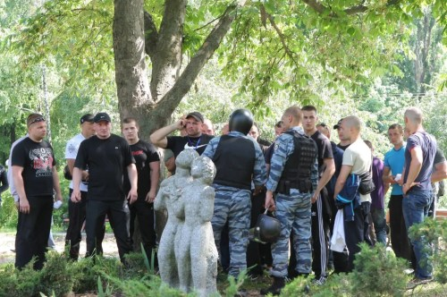 Journalist Dmitrii Gnap put on Facebook a photo showing Berkut special forces leisurely hanging out with a group of young toughs who had started up a mass fight and attacked journalists in the center of Kiev on May 18, 2013. Among these toughs – Vadim Titushko.