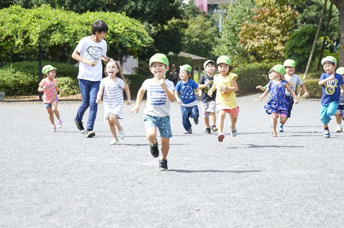 立川・国立・日野エリアの人気プリスクール「Global Step Academy International School」の子ども達が「立川公園」で遊ぶ様子。