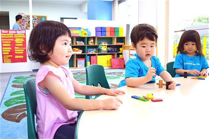 スクールでは、楽しく英語で算数(Math)、理科(Science)、社会(SocialStudy)…等を学ぶことにより、自分から考え、実行し、答えを導き、英語で発表する力を積極的に伸ばしていきます!