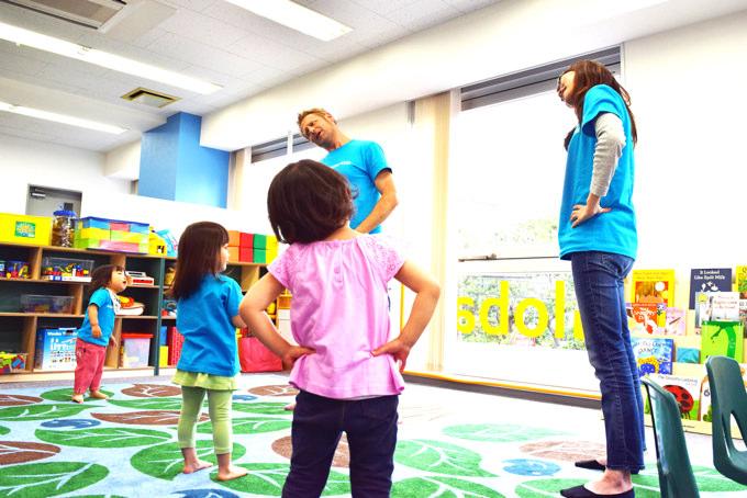 体育教育(PhysicalEducation)では、リズムに乗って体を動かしたり、マット運動、ボール遊び、縄跳び、グループゲームなどで運動能力を高めます。