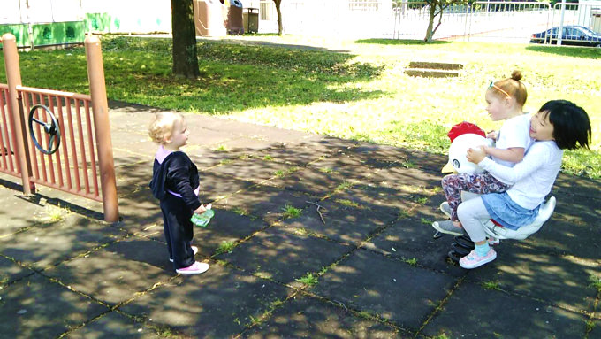 米軍基地留学中、公園で楽しく遊ぶ子供達