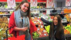 Jentene på butikken (Foto: Karen Eiane)