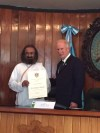 Gurudev being conferred with a certificate for being a distinguished visitor to Guatemala City by the Mayor of Guatemala City, Alvaro Arzu