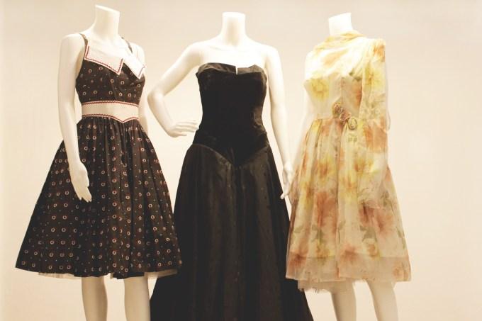 """תלבושות הסרט """"שלוש אמהות"""" של דינה צבי ריקליס, מתוך תערוכת """"תופרת הסרטים"""" (צילום: תום זויאלי)"""