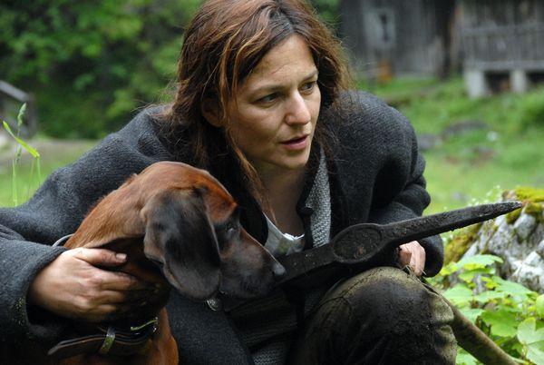 Die Frau (Martina Gedeck) bei der Ackerarbeit