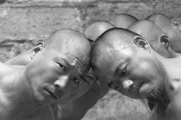 шаолиньские монахи упираются лбами