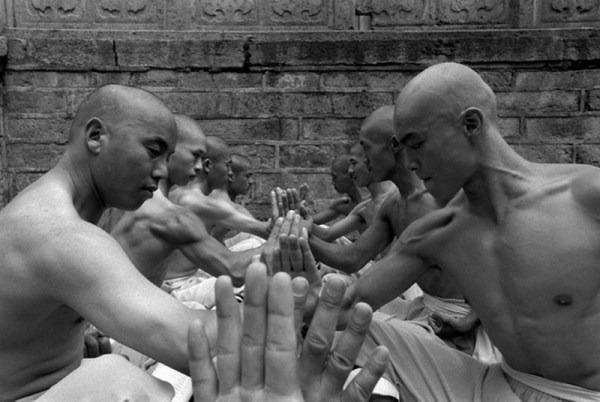 Шаолиньские монахи тренируются