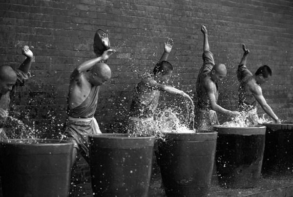 шаолиньские монахи бьют по воде