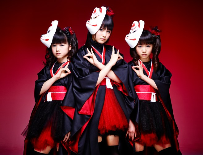 babymetal throws up the horns