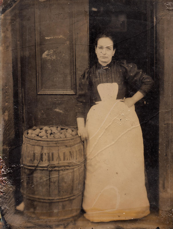 Working woman with barrel Unknown photographer Date unknown 6th plate tintype Sheila Masson Collection Tintype portraits of women were frequently taken in the doorway of their homes, businesses or workplaces, where they would have easily encountered itinerant photographers plying their trade, along with other daily visits from door-to-door salesmen or deliverymen.