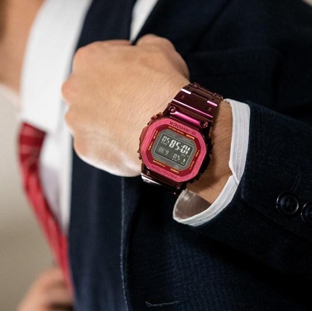 Đồng hồ GMW-B5000RD-4 làm tăng vẻ nam tính, sang trọng cho người dùng.