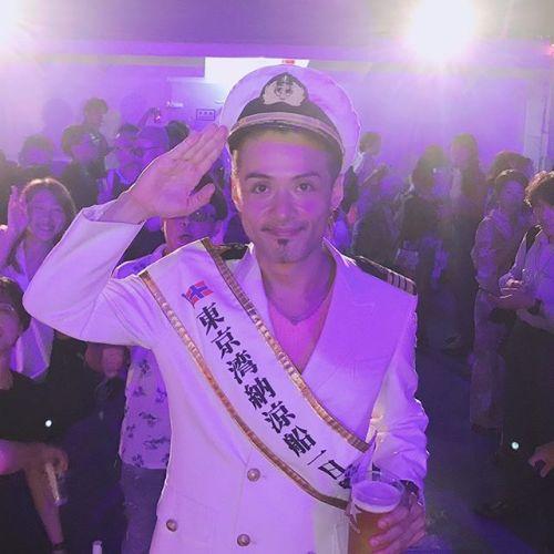 昨日は東海汽船さんの納涼船にて、人生初めての1日船長を務めさせていただきました!!夏の夜風にあたりながら、大型客船にてのパーティー!最高でした!! しかも、さるびあ丸という船で、「天気の子」の最初のシーンで出てくる船!! 最高の夏の1ページでした!ありがとうございました〜〜!! #納涼船 #東海汽船 #クルージング #船長 #日の出桟橋 #夏休み #海 #パーティー #パリピ #東京湾納涼船 #東京湾 #新海誠 #天気の子