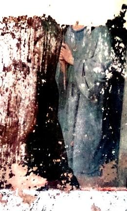 На фрагменте видны туловища, головы не сохранились