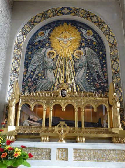 Corpo de Santa Luísa de Marillac exposto na França. Foto: Ada Ferreira