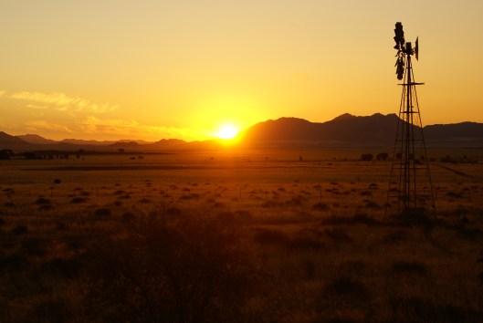 Namibia: Einer der wohl unvergesslichsten Sonnenuntergänge meines Lebens - Roof Chillin' in der Namib Wüste