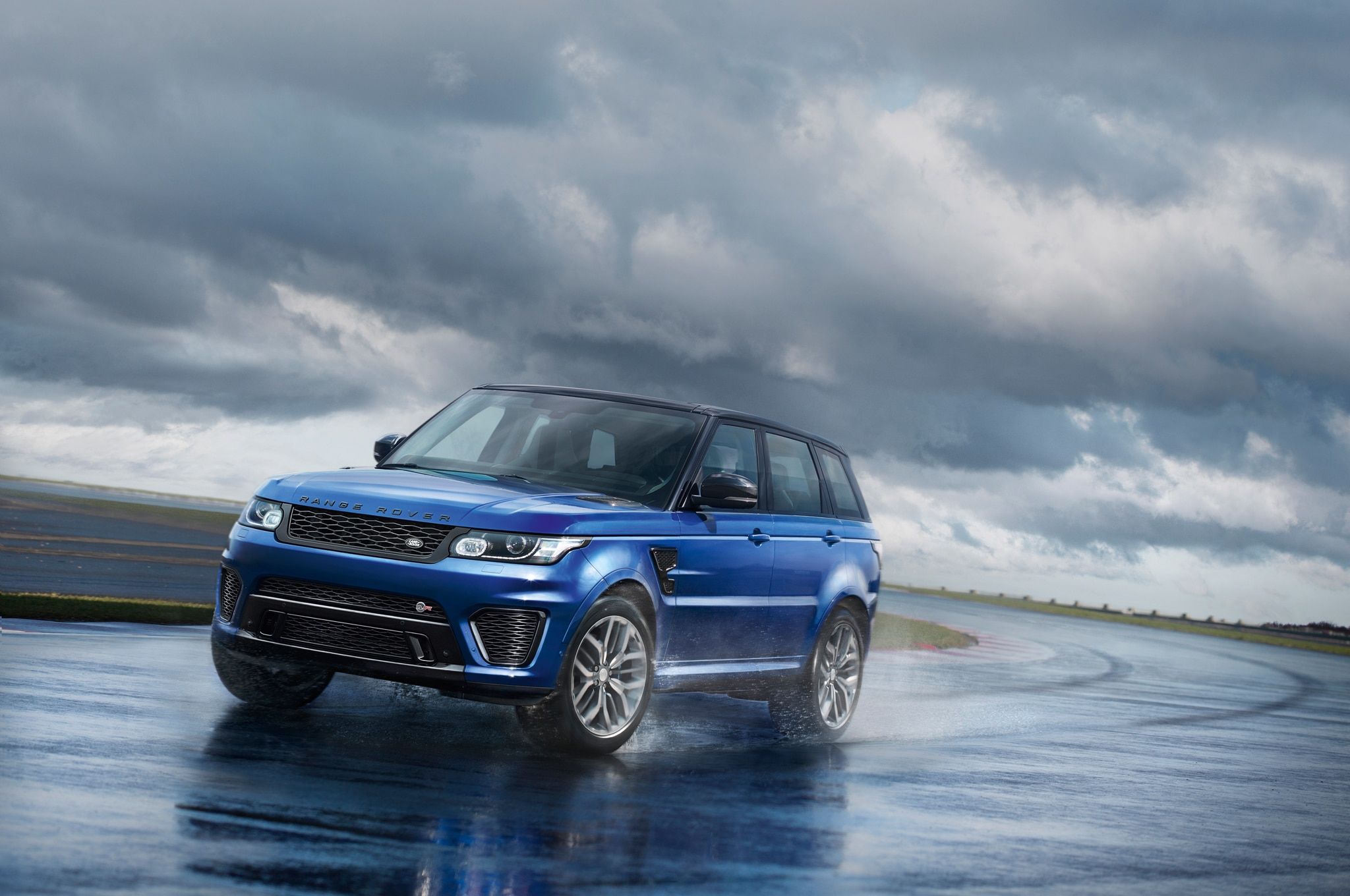 Range Rover Sport SVR Runs Acceleration Tests on Dirt Snow and