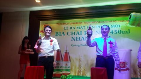 Tổng giám đốc công ty Cổ phần Bia – Rượu – Nước giải khát Hà Nội (bên phải) cùng Giám đốc Sở Công Thương tỉnh Quảng Bình (bên trái)
