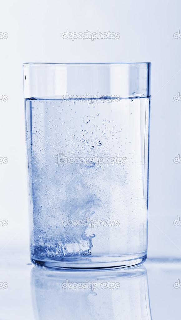 Шипучие таблетки в стакане воды — Стоковое фото © valphoto ...