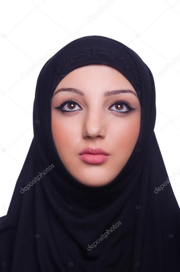 Мусульманские молодая женщина в хиджабе на белом ...