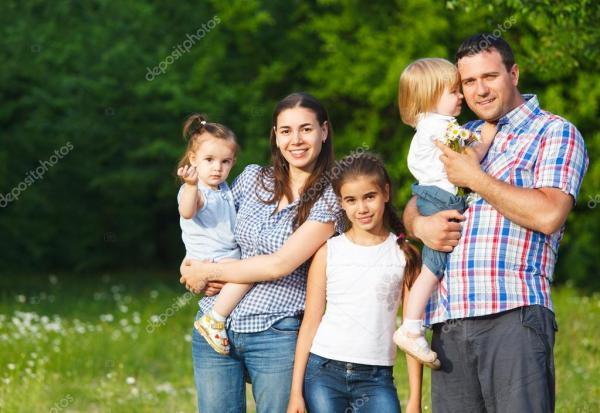 Счастливая молодая семья с детьми — Стоковое фото ...