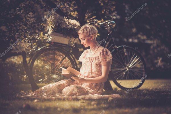Ретро женщина, читая книгу на лугу — Стоковое фото ...