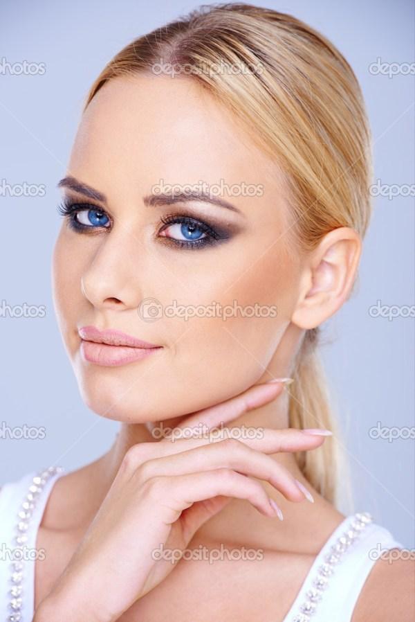 Linda mulher de olhos azuis usando maquiagem — Foto Stock ...