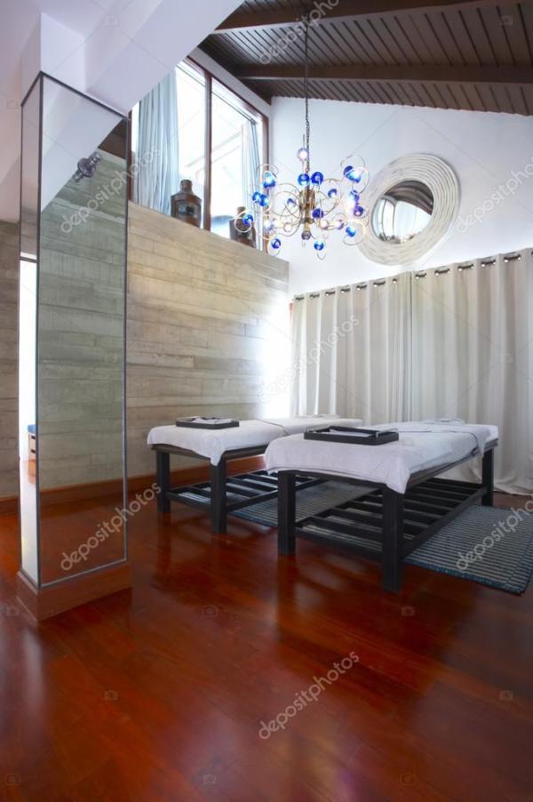 Красивый вид на красивый массажный кабинет в спа-салоне ...