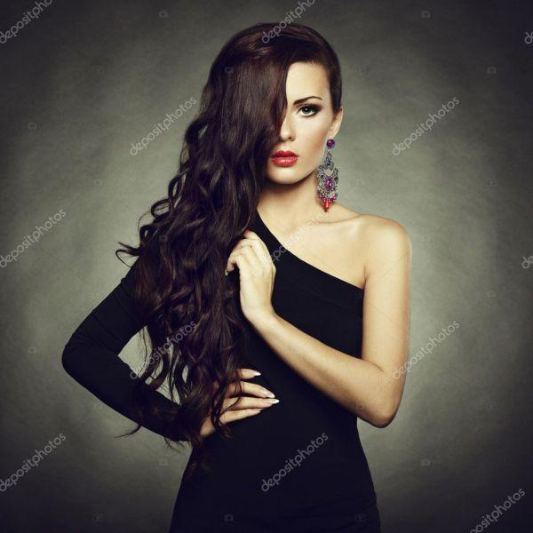 Портрет красивая брюнетка женщина в черном платье ...