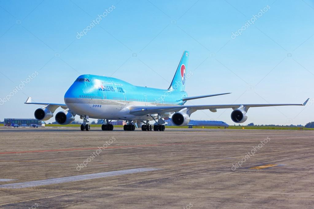 大韓航空波音 747 去停車站在瓦茨拉夫 · 哈維爾 — 圖庫社論照片 © zhuzhu #49918289