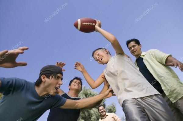 мальчика и мужчины, играют в футбол — Стоковое фото ...