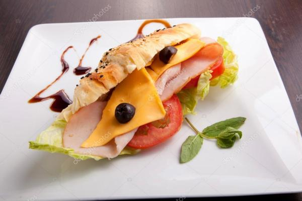 Фото бутерброд с сыром. Круассан салями бутерброд с сыром ...