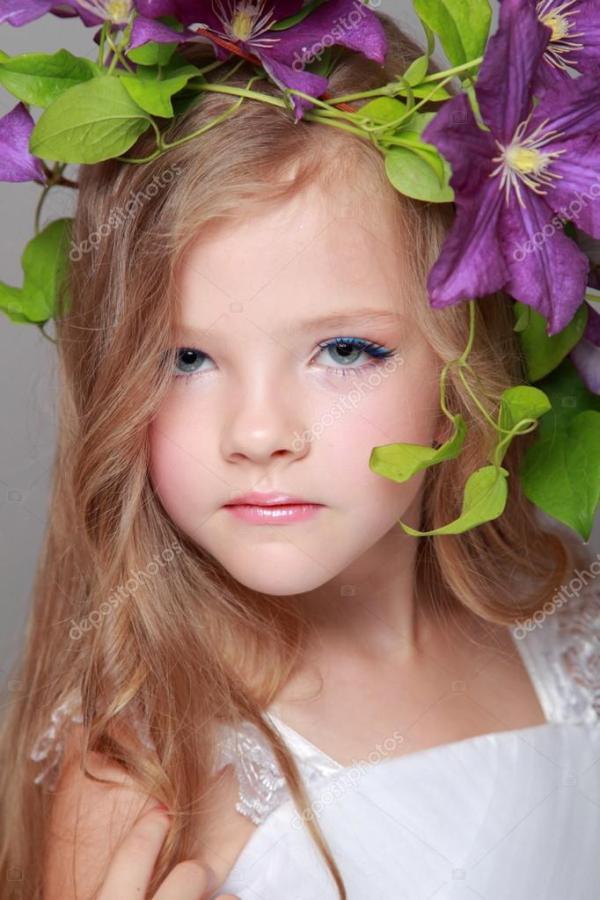 Счастливый милая маленькая девочка с очаровательны ...