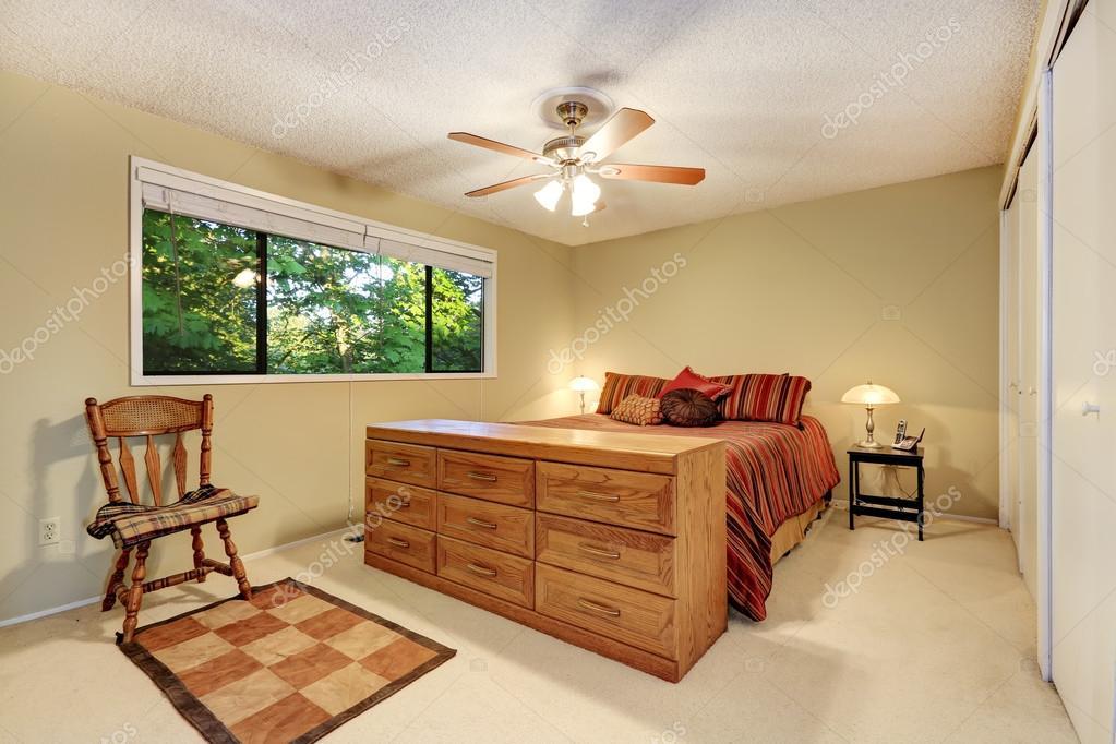 interieur de la chambre a coucher lit avec literie commode et chaise rustique des rayures chambre decoree avec plisse petit tapis image de iriana88w