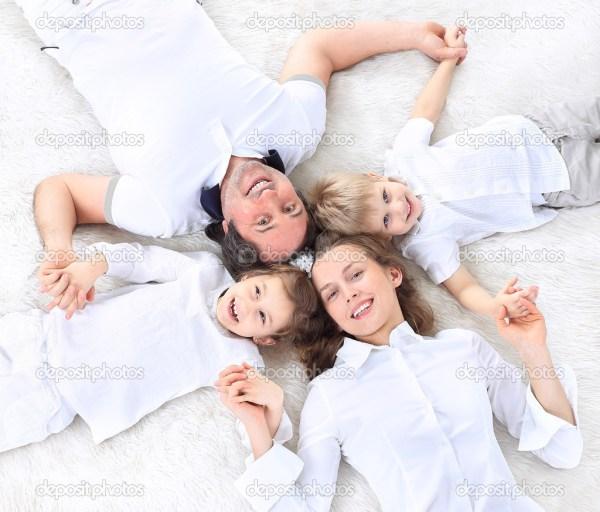 Счастливая семья Мбаппе - изолированная на белом фоне ...