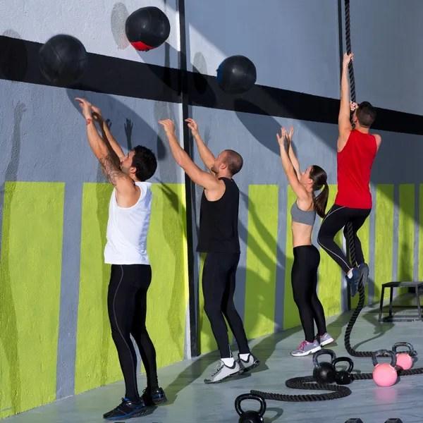 Grupo de entrenamiento de CrossFit con bolas de pared y la cuerda — Foto de Stock   #18029043