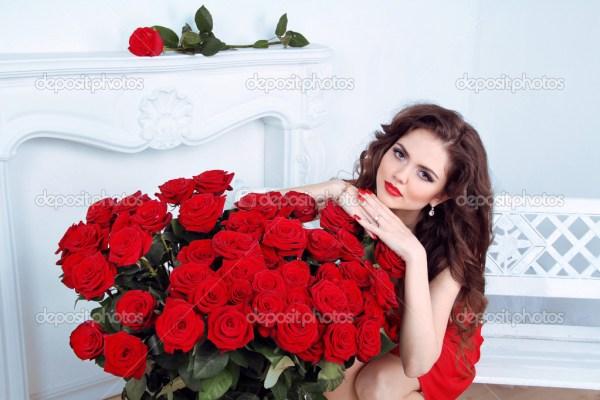 Красивая брюнетка женщина с красными розами букет цветов в ...