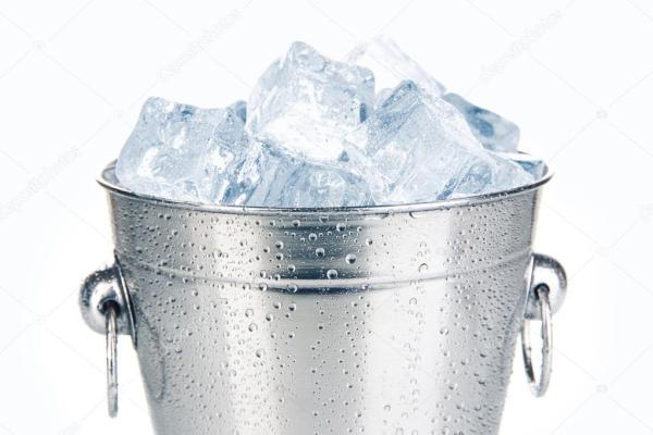 Металл ведро льда изолированные на белом фоне Стоковое