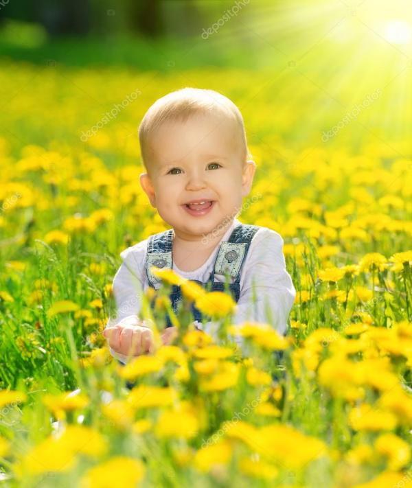 Счастливый девочку на лугу с желтыми цветами на природе ...