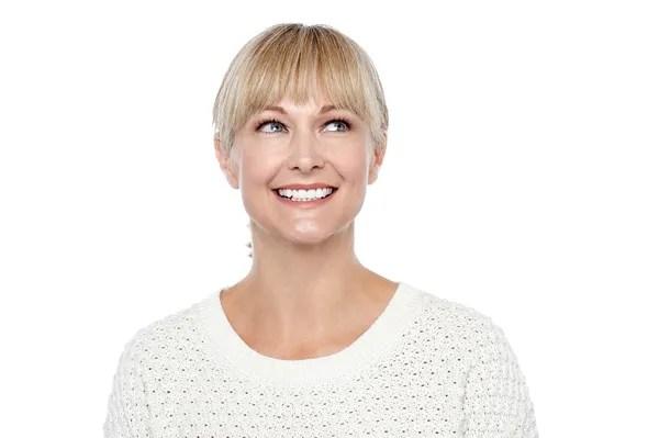 Случайный портрет улыбаясь среднего возрасте женщина ...