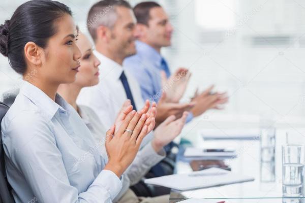 Серьезные сотрудников аплодируют для презентации ...