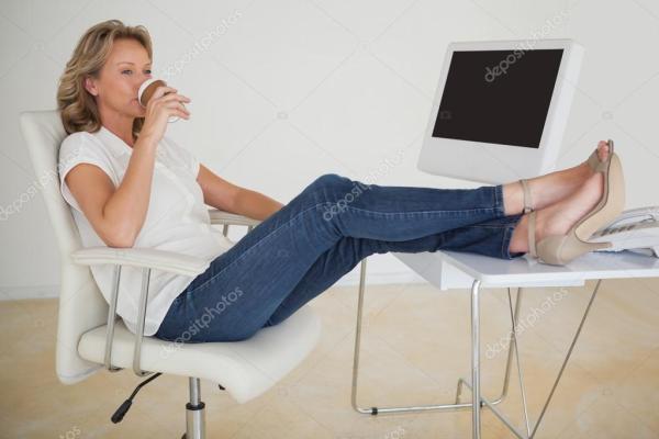 случайные бизнесвумен, выпить чашечку кофе с ее ноги на ...