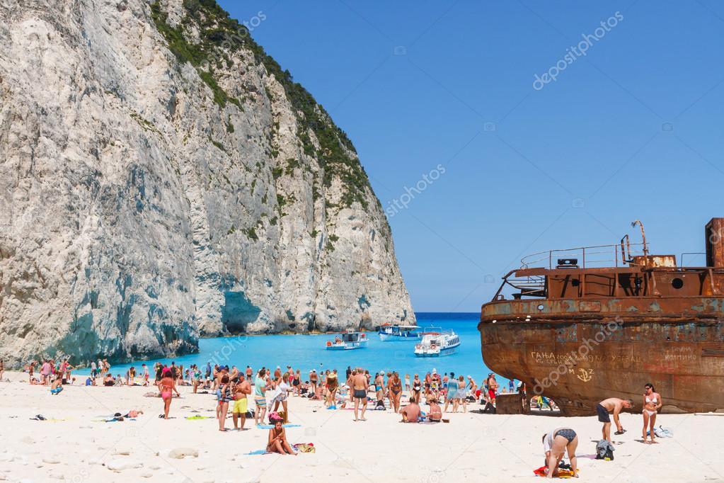 zakynthos grece 01 juin plage de touristes a la baie du naufrage a zakynthos grece le 1er juin 2014 plage de navagio est plus populaire parmi les