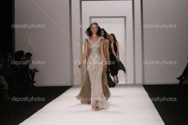 Нью-Йорк - 15 лютого: моделі ходити злітно-посадкової ...