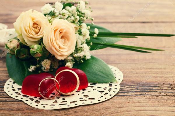 Обручальные кольца. Свадебный букет из белых цветов ...