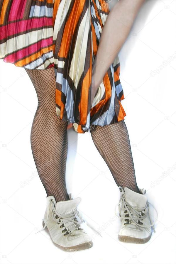 Женские ноги в черных чулках и спортивных сапогах ...